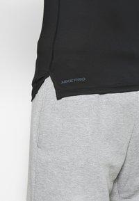 Nike Performance - M NP TOP SL TIGHT - Camiseta de deporte - black /white - 5