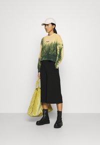 Wrangler - HIGH BOXY RETRO - Mikina - oil green - 1