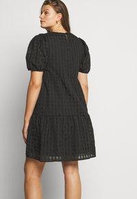 Glamorous Curve - TONAL CHECK TIERED DRESS - Denní šaty - black - 4