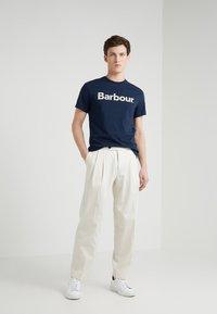 Barbour - Triko spotiskem - new navy - 1