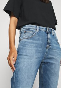 Marc O'Polo DENIM - FREJA BOYFRIEND - Relaxed fit jeans - multi/mid blue marble - 4