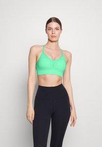 Nike Performance - INDY SEAMLESS BRA - Light support sports bra - green glow - 0