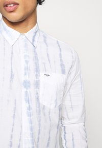 Wrangler - LS 1 PKT SHIRT - Shirt - white - 6