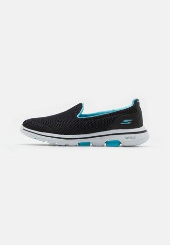 GO WALK 5 - Walking trainers - black/turquoise