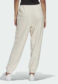 adidas Originals - R.Y.V. JOGGERS - Pantalones deportivos - white - 1
