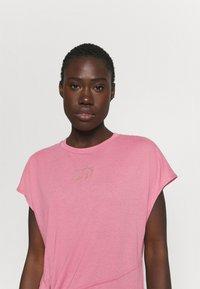 Nike Performance - DRY TIE - Print T-shirt - desert berry/red bronze - 3