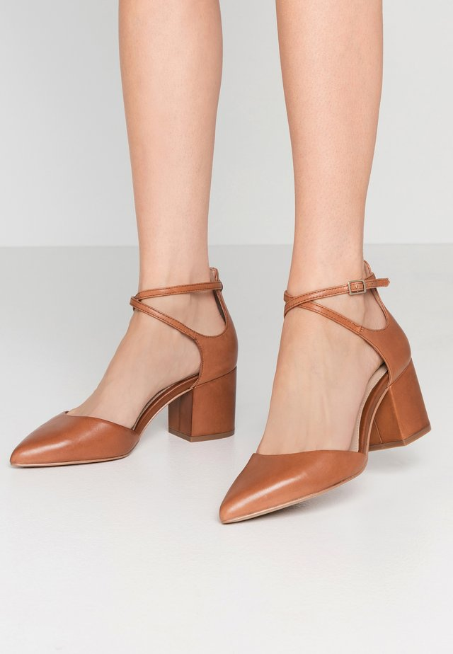BROOKSHEAR WIDE FIT - Classic heels - cognac
