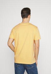 GAP - BAS ARCH - Print T-shirt - gold wash - 2