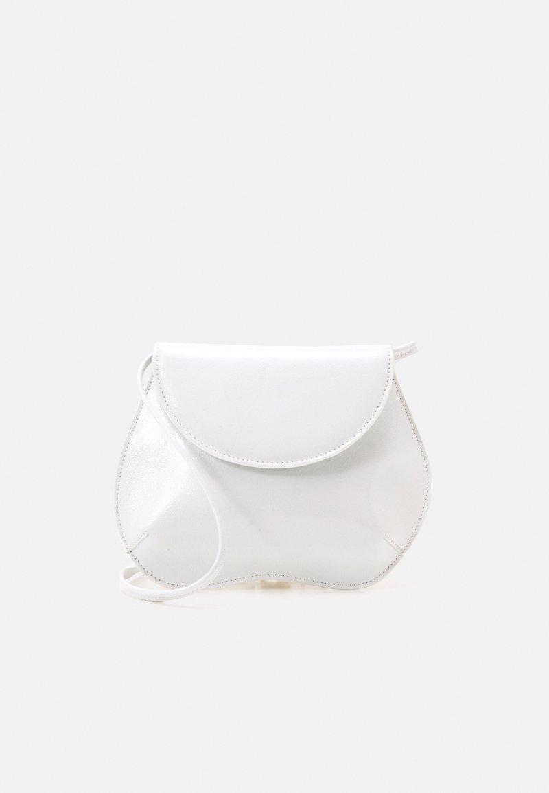 Little Liffner - PEBBLE MINI BAG - Taška spříčným popruhem - white