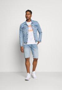 Pepe Jeans - CASH SHORT - Denim shorts - light blue - 1