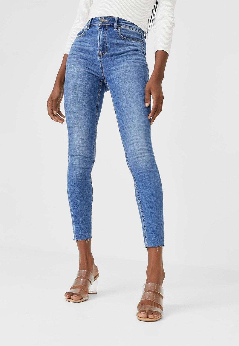 Stradivarius - MIT HOHEM BUND UND RISSEN  - Jeans Skinny - light blue