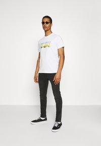 Levi's® - HOUSEMARK GRAPHIC TEE UNISEX - T-shirt z nadrukiem -  white - 1