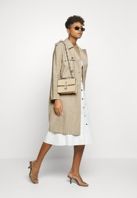 Vero Moda - VMPOPPYKENZIE LONG - Trench - travertine - 1