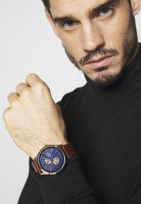 Tommy Hilfiger - WATCH - Watch - brown/blue - 0