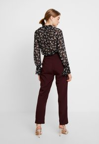 Missguided - HIGH WAISTED CIGARETTE TROUSERS - Bukse - burgundy - 3