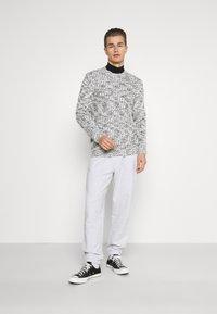 GAP - FRENCH TERRY JOGGER - Teplákové kalhoty - white heather - 1