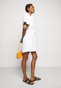 Victoria Victoria Beckham - FRAYED HEM MINI DRESS - Sukienka jeansowa - white - 4