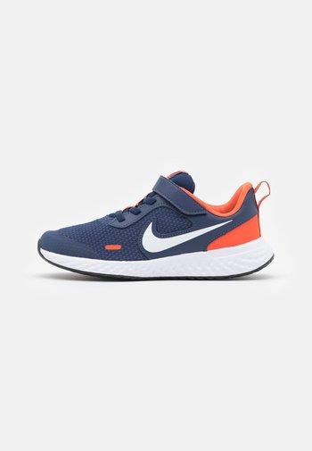 REVOLUTION 5 UNISEX - Neutrální běžecké boty - midnight navy/white/orange