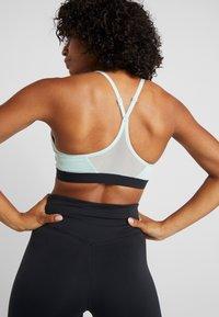 Nike Performance - INDY BRA - Soutien-gorge de sport - pistachio frost/black - 2