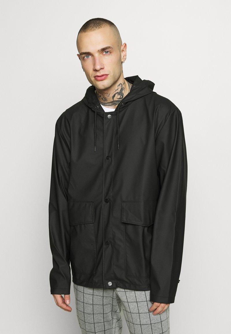 Rains - SHORT HOODED COAT UNISEX - Vodotěsná bunda - black