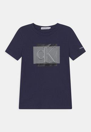 LINED MONOGRAM - T-shirt med print - peacoat