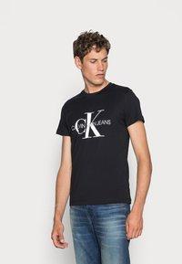 Calvin Klein Jeans - ICONIC MONOGRAM SLIM TEE - Triko spotiskem - black - 0