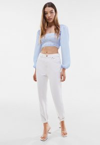 Bershka - MOM FIT JEANS - Jeans baggy - white - 1