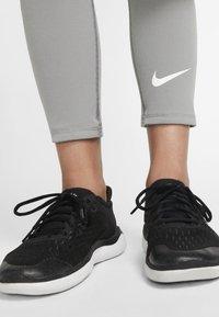 Nike Performance - Base layer - carbon heather/white - 4