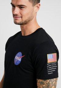 Mister Tee - NASA INSIGNIA LOGO FLAG TEE - Print T-shirt - black - 4