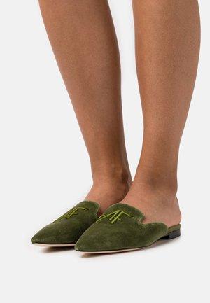 MULE - Matalakantaiset pistokkaat - green