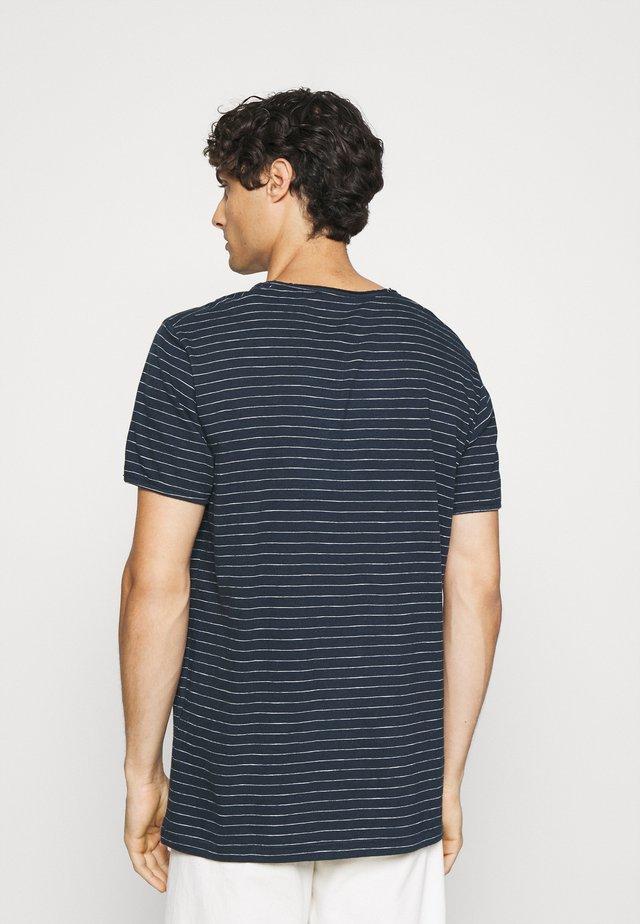 SLHMORGAN - T-shirt imprimé - dark sapphire/egret
