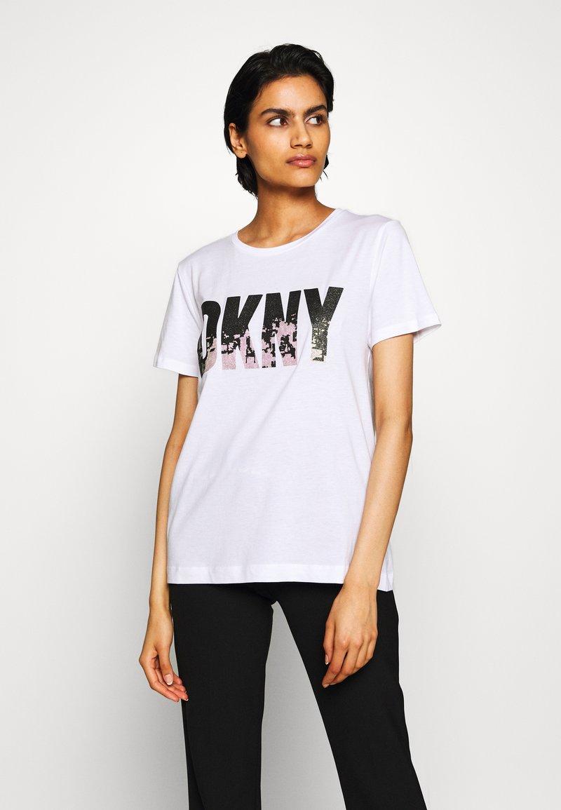 DKNY - GLITTER CITY SKYLINE IN LOGO - Print T-shirt - white/black