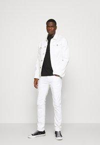 G-Star - D-STAQ 5-PKT SLIM AC - Jeansy Slim Fit - thermojust white stretch denim - white - 1