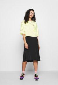 Puma - EVIDE FORM STRIPE CROP TEE - T-Shirt print - sunny lime - 1