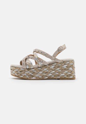 Sandalen met plateauzool - taupe