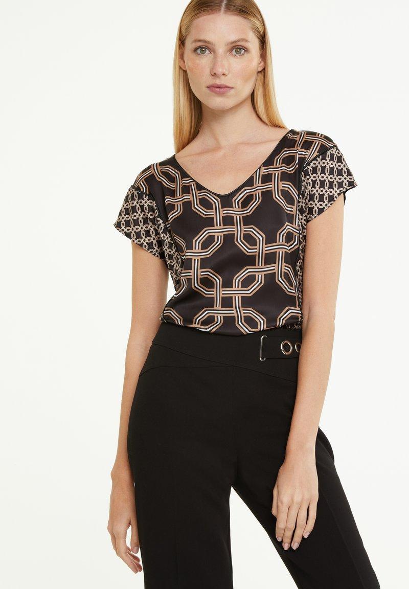 comma - Print T-shirt - black big chain
