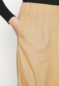 Monki - VILJA TROUSERS - Pantalones - beige - 4