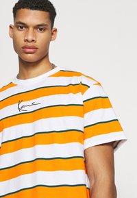 Karl Kani - SMALL SIGNATURE STRIPE TEE UNISEX - Print T-shirt - orange - 3