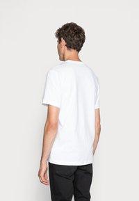 Nike Sportswear - TEE ICON FUTURA - T-shirt con stampa - white/black - 2