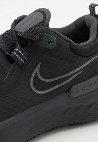 Nike Performance - REACT MILER SHIELD - Juoksukenkä/neutraalit - black/anthracite - 5