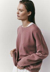 Massimo Dutti - MIT RUNDAUSSCHNITT  - Sweatshirt - neon pink - 2
