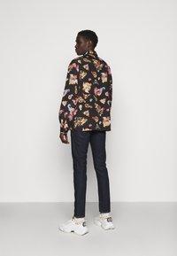 Versace Jeans Couture - PRINT CAMEO - Košile - black - 2