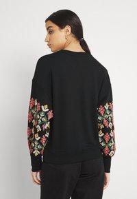 ONLY - ONLBROOKE O NECK FLOWER - Sweatshirt - black - 2