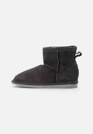 MORA - Kotníkové boty - asphalt