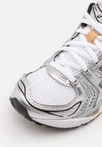 ASICS SportStyle - GEL-KAYANO 14 UNISEX - Trainers - white/pure gold - 7