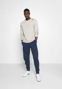 Nike Sportswear - M NSW TCH FLC JGGR - Träningsbyxor - midnight navy/black - 1