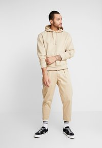 Redefined Rebel - LEE CROPPED PANTS - Trousers - travertine - 1