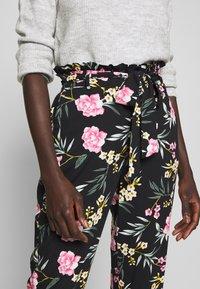 Vero Moda Tall - VMSIMPLY EASY PAPERBAG PANT - Bukse - black/elva - 4