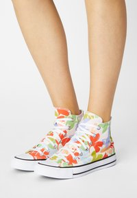 Converse - CHUCK TAYLOR ALL STAR GARDEN PARTY - Sneakersy wysokie - egret/black/white - 0