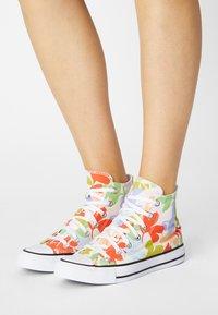 Converse - CHUCK TAYLOR ALL STAR GARDEN PARTY - Zapatillas altas - egret/black/white - 0